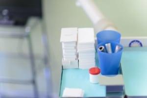 Behandlungstisch eines Zahnarztes mit Mullbinden