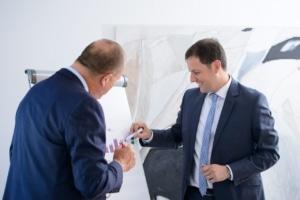 Steuerberater Michael Schiele und Steuerberater Michael Radtke bei der Beratung von Mandanten