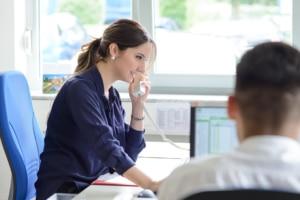 Die Duale Studentin Eda Özkan im Telefongespräch mit Mandanten