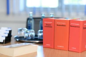 Ihr Steuerberater in Frankfurt und Weinheim: Besprechungszimmer mit Gesetzen